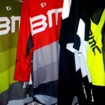 Baggies y Shirts enduro de Pearl Izumi/BMC con el -40 y -50%Dto