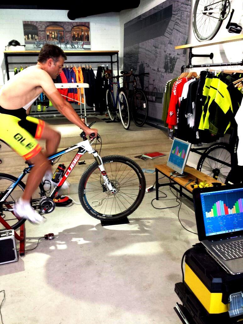 Disponemos de medios para ajustar cualquier tipo de bicicleta como por ejemplo esta MTB doble
